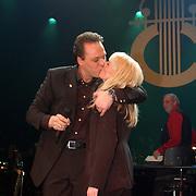 Harpengala 2004, Frans Bauer en Mariska Rossenberg kussend