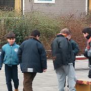 Kinderen spelend op schoolplein Zuiderzeeschool Kotter Huizen