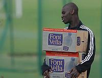 Fotball<br /> La Manga<br /> 17.03.2004<br /> Trening Vålerenga<br /> Foto: Morten Olsen, Digitalsport<br /> <br /> Pa Modou Kah bærer vann for gamle lagkamerater i Vålerenga