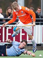 LAREN - Nick Meijer van Bloemendaal passeert Roderick Musters van Laren, zondag tijdens de hoofdklasse competitiewedstrijd mannen tussen Laren en Bloemendaal (1-4). COPYRIGHT KOEN SUYK