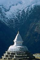 Nepal. Region du Khumbu. Zone de l'Everest. Chorten ou stupa bouddhiste. // Nepal. Khumbu region, Everest area, chorten or stupa (buddhiste monument)