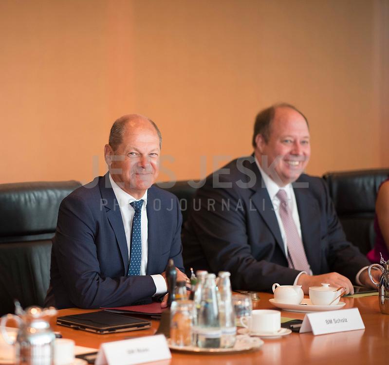DEU, Deutschland, Germany, Berlin, 01.08.2018: Bundesfinanzminister Olaf Scholz (SPD) und Kanzleramtsminister Helge Braun (CDU) vor Beginn der 19. Kabinettsitzung im Bundeskanzleramt.