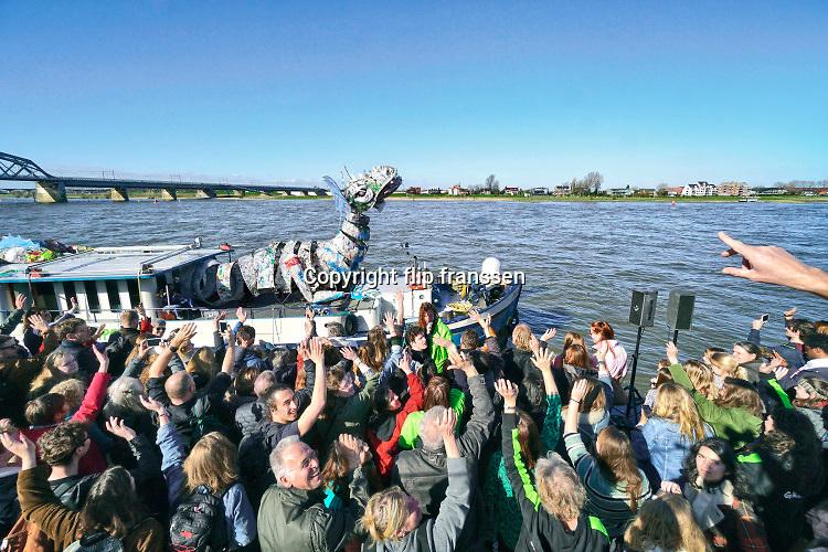 Nederland, Nijmegen, 24-3-2019Twee schepen van Greenpeace, de Beluga en een gehuurd binnenvaartschip, liggen aan de Waalkade om aandacht te vragen voor het plastic in de rivier de Rijn en Waal. Hun actie richt zich met name op fabrikant Nestle om geen wegwerpplastic meer te produceren en gebruiken als verpakkingsmateriaal voor hun producten. Er was veel belangstelling en er was ook een kleine ecologische markt. No time te waste, plasticmonster, break free from plastic .Foto: Flip Franssen.