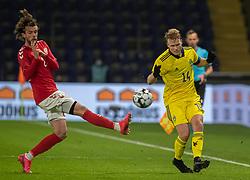 Oscar Hiljemark (Sverige) presses af Lucas Andersen (Danmark) under venskabskampen mellem Danmark og Sverige den 11. november 2020 på Brøndby Stadion (Foto: Claus Birch).