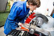 Een teamlid draait een onderdeel van de fiets.In Delft wordt de VeloX 7 gebouwd in de D:Dreamhall. In september wil het Human Power Team Delft en Amsterdam, dat bestaat uit studenten van de TU Delft en de VU Amsterdam, tijdens de World Human Powered Speed Challenge in Nevada een poging doen het wereldrecord snelfietsen voor vrouwen te verbreken met de VeloX 7, een gestroomlijnde ligfiets. Het record is met 121,44 km/h sinds 2009 in handen van de Francaise Barbara Buatois. De Canadees Todd Reichert is de snelste man met 144,17 km/h sinds 2016.<br /> <br /> In Delft the Velox 7 is produced. With the VeloX 7, a special recumbent bike, the Human Power Team Delft and Amsterdam, consisting of students of the TU Delft and the VU Amsterdam, also wants to set a new woman's world record cycling in September at the World Human Powered Speed Challenge in Nevada. The current speed record is 121,44 km/h, set in 2009 by Barbara Buatois. The fastest man is Todd Reichert with 144,17 km/h.