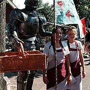 Huizerdag 1999, ridder in harnas met 2 meisjes van bakkerij Kruijmer
