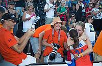 LONDEN - Eva de Goede (Ned) met familie  na het winnen van  de finale Nederland-Ierland (6-0) bij  wereldkampioenschap hockey voor vrouwen.  . COPYRIGHT  KOEN SUYK