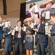 NLD/Lieshout/20190328 - Maxima aanwezig bij 300 jaar Brouwerij Bavaria, Koningin Maxima  met een bierpul