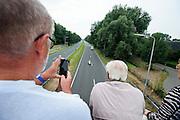 Vanaf een viaduct kijkt het publiek naar de VeloX 6 die onder hun door rijdt. In Delft test het Human Power Team de VeloX 6, de nieuwe aerodynamische fiets, op de een speciaal voor hun afgezette weg. Jan Bos rijdt uiteindelijk 59 km/h. In september wil het Human Power Team Delft en Amsterdam, dat bestaat uit studenten van de TU Delft en de VU Amsterdam, tijdens de World Human Powered Speed Challenge in Nevada een poging doen het wereldrecord snelfietsen te verbreken. Het record is met 139,45 km/h sinds 2015 in handen van de Canadees Todd Reichert.<br /> <br /> With the special recumbent bike the Human Power Team Delft and Amsterdam, consisting of students of the TU Delft and the VU Amsterdam, also wants to set a new world record cycling in September at the World Human Powered Speed Challenge in Nevada. The current speed record is 139,45 km/h, set in 2015 by Todd Reichert.