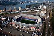 Nederland, Zuid-Holland, Rotterdam 19-09-2009; Rotterdam-Zuid, deelgemeente Feijenoord met het stadion Feijenoord ofwel 'De Kuip' van voetbalclub Feyenoord aan de Marathonweg (r). Het Eiland van Brienenoord en Van Brienenoordbrug in de achtergrond. Rechts van  flats op de oever van de Nieuwe Maas komt in de toekomst de Sport Campus Stadionpark. Op dit sportpark komt ook het nieuwe stadion, 'de nieuwe Kuip aan de Maas'. .Rotterdam-Zuid, Feijenoord, stadium 'De Kuip' of the football club Feyenoord to Marathonweg (r). Island Van Brienenoord and Van Brienenoordbrug in the background. Right of flats on the banks of the Nieuwe Maas, the location of the future Sports Park Campus Stadium. .luchtfoto (toeslag), aerial photo (additional fee required).foto/photo Siebe Swart