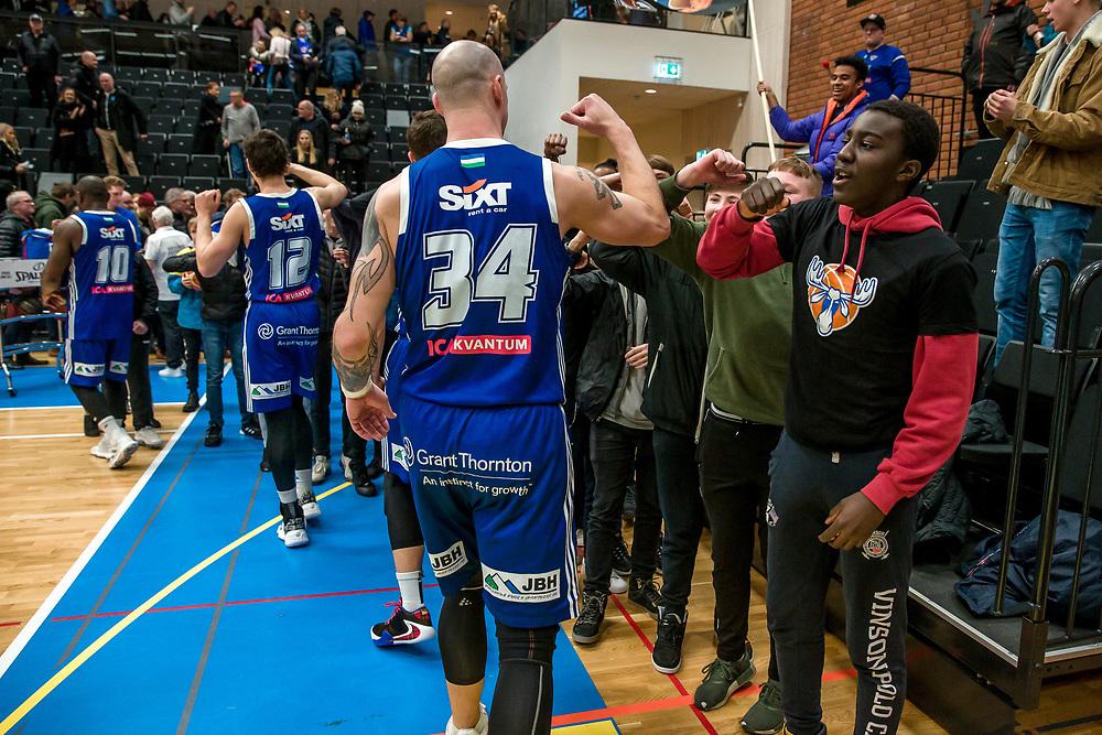 ÖSTERSUND 20200310<br /> Spelarna undviker handkontakt och hälsar med armbågen  efter tisdagens segermatch i basketligan mellan Jämtland Basket och Södertälje Basket i Östersunds Sporthall.<br /> <br /> Foto: Per Danielsson/Projekt.P