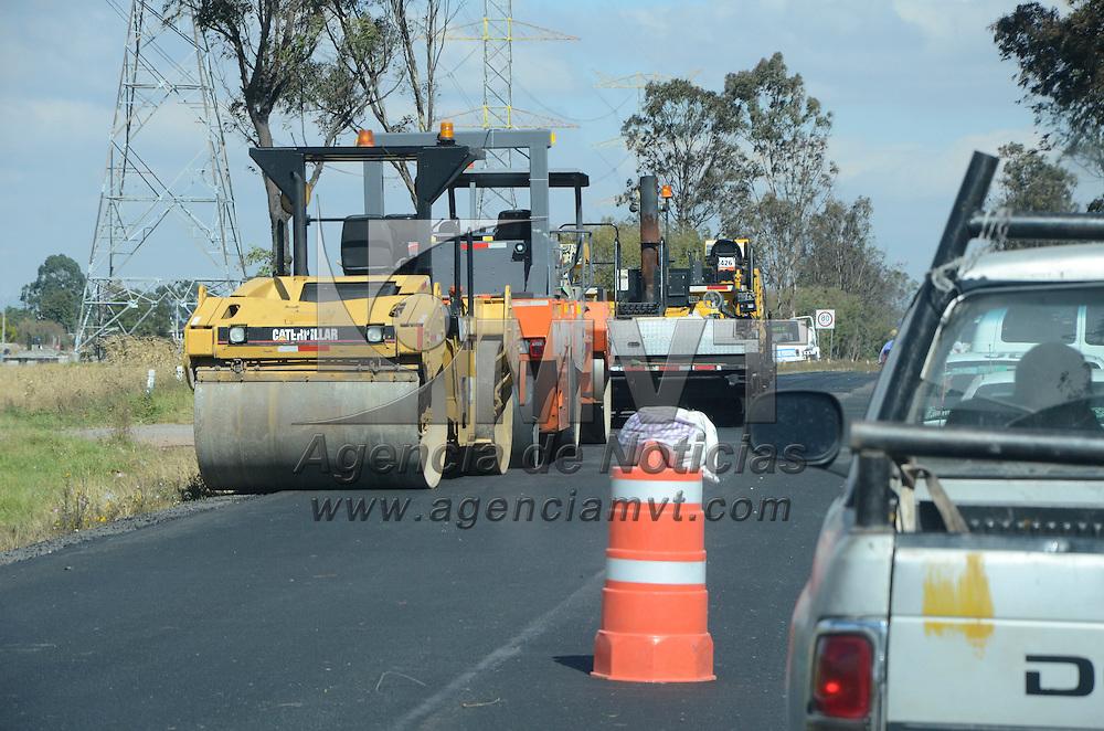 Ixtlahuaca, México (Octubre 27, 2016).- Vendedores ambulantes aprovechan los trabajos de repavimentación en la carretera Ixtlahuaca-Atlacomulco para vender sus productos con los automovilistas que circulan en esta zona.  Agencia MVT / José Hernández