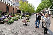De bloemenmarkt op het Akerkhof in Groningen.<br /> <br /> The flower market at the Akerkhof in Groningen.