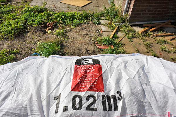 Nederland, Leuth, 29-9-2011Oude woningen uit de jaren vijftig worden gesloopt om plaats te maken voor nieuwbouw. In de huizen is asbest verwerkt wat apart verpakt wordt in wit plastic.Het moet met extra veiligheidsmaatregelen verwerkt en afgevoerd worden naar een stortplaats.Foto: Flip Franssen/Hollandse Hoogte