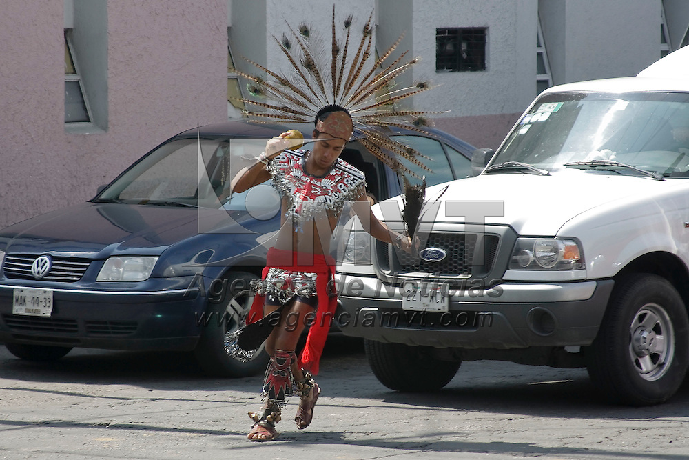Toluca, México.- En algunos cruceros de la capital mexiquense, danzan por algunas monedas personas con atuendos prehispánicos. Agencia MVT / Arturo Hernández S.