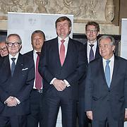 NLD/Den Haag/20171221 - Koning bij sluitingsceremonie Joegoslavie tribunaal, groepsfoto  Theodor Meron, Carmel Agius, Halbe Zijlstra, Antonio Guterres, Serge Brammertz