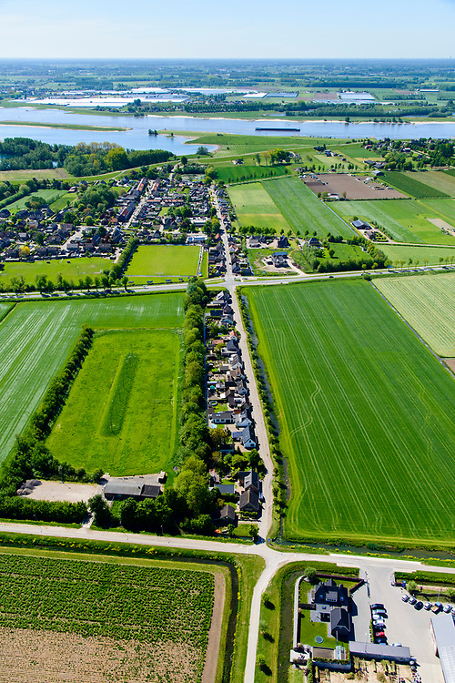 Nederland, Gelderland, Herwijnen, 13-05-2019;  lintbebouwing dorpje Hellouw, gezien naar de Waal.<br /> Villag in Gelderland wth ribbon development.<br /> luchtfoto (toeslag op standard tarieven);<br /> aerial photo (additional fee required);<br /> copyright foto/photo Siebe Swart