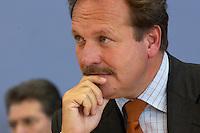 04 OCT 2004, BERLIN/GERMANY:<br /> Frank Bsirske, Vorsitzender Dienstleistungsgewerkschaft ver.di, waehrend einer Pressekonferenz zur Reform des Beamtenrechts, Budnespressekonferenz<br /> IMAGE: 20041004-01-048