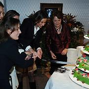 NLD/Apeldoorn/20051216 - Prinses Margriet en schoondochters bezoeken tentoonstelling Bruiden van Het Loo, prinses Margriet en Marilene van den Broek, Anita van Eijk, Annet Sekreve, Aimee Söhngen aansnijden taart