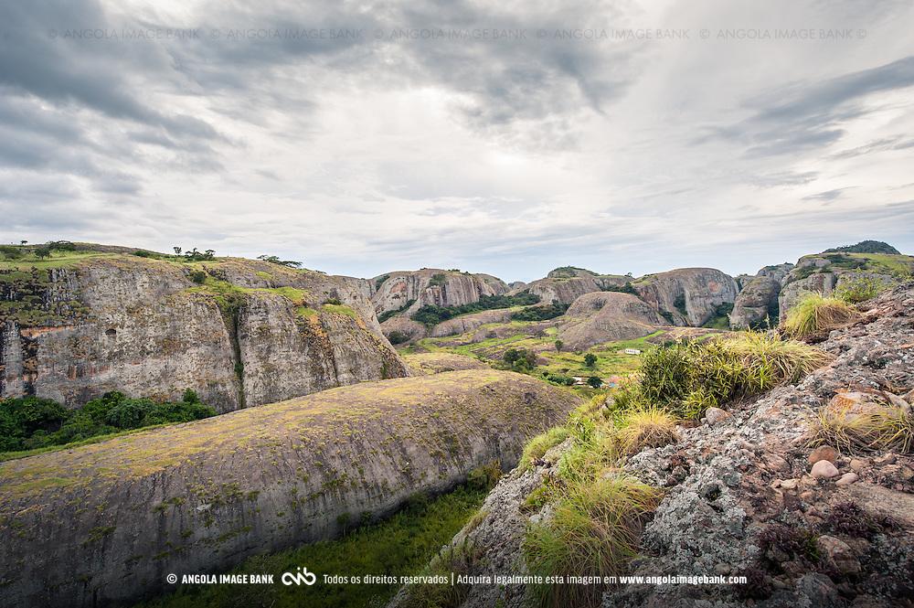 As emblemáticas Pedras Negras de Pungo Andongo (Pungoandongo) ao final de tarde e depois de uma chuva abundante. Província de Malange em Angola