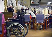 Nederland, Malden, 16-12-2014In een verzorgingshuis treedt een koor, zangkoor, op.In deze donkere dagen voor kerstmis amuseren zij de bewoners met kerstliederen.FOTO: FLIP FRANSSEN/ HOLLANDSE HOOGTE