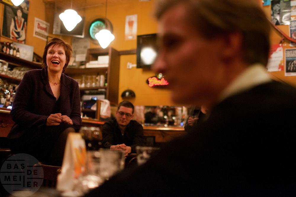 Ruth Peetoom praat in het Utrechtse café Willem Slok met leden van het CDA. De meet en greet is onderdeel van de campagne die Peetoom voert om partijvoorzitter van het CDA te worden.