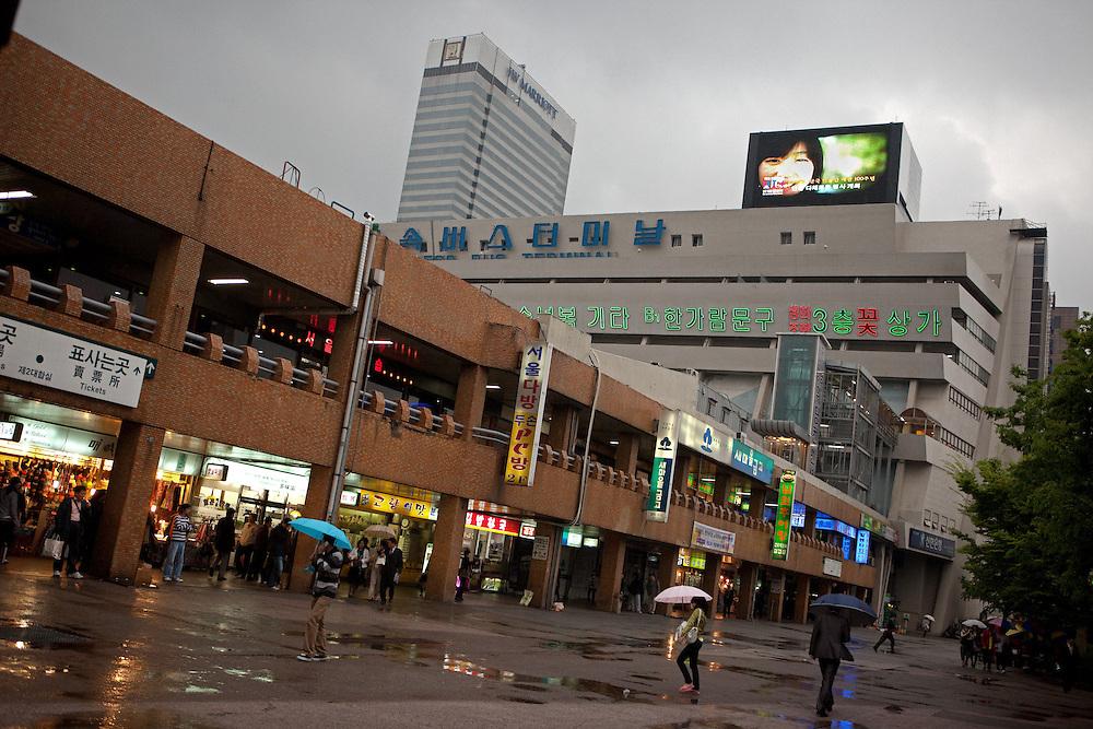 Der Express Bus Terminal und das Hotel Marriott im Zentrum der koreanischen Hauptstadt Seoul. <br /> <br /> The Express Bus Terminal and the Marriott hotel in the city center of the Korean capital Seoul.