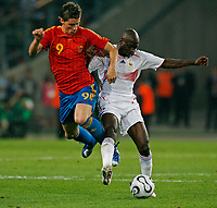 Photo: Glyn Thomas.<br />Spain v France. Round 2, FIFA World Cup 2006. 27/06/2006.<br /> France's Claude Makelele (R) and Spain's Fernando Torres.