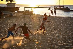 Meninos joga bola na beira da praia, em Fortaleza, Ceará. FOTO: Jefferson Bernardes/ Agência Preview