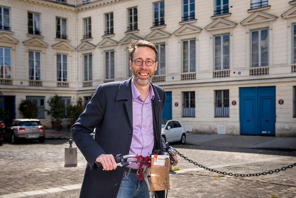 """Stein van Oosteren in Paris.  He is the author of the book """"Pourquoi pas le velo"""" and  president of bicycle association near Paris.,   Paris, France, May 7, 2021. Stein van Oosteren à Paris. Il est l'auteur du livre """"Pourquoi pas le vélo"""" et président de l'association cycliste Faravelo près de Paris. Paris, France, 7 mai, 2021."""