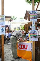 DEU, Deutschland, Germany, Rottenburg, 27.07.2021: Wahlkampfauftakt der CDU in Baden-Württemberg im Biergarten beim Haus der Bürgerwache. Am Einlass zeigt ein Bürger auf seinem Smartphone seinen Impfnachweis für die COVID-19 Schutzimpfung und trägt sich in die Anwesenheitsliste ein.