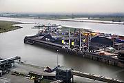 Nederland, Nijmegen, 28-1-2008Gezicht op het opslagterrein voor kolen van de elektricitietscentrale van Electrabel langs de rivier de Waal bij de toegang, ingang tot het Maas-Waal kanaal. Transport, verkeer over water, waterweg, vaarroute naar duitsland.Foto: Flip Franssen/Hollandse Hoogte