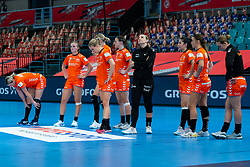 Team Netherlands disappointed after the Women's EHF Euro 2020 match between Croatia and Netherlands at Sydbank Arena on december 06, 2020 in Kolding, Denmark (Photo by RHF Agency/Ronald Hoogendoorn)