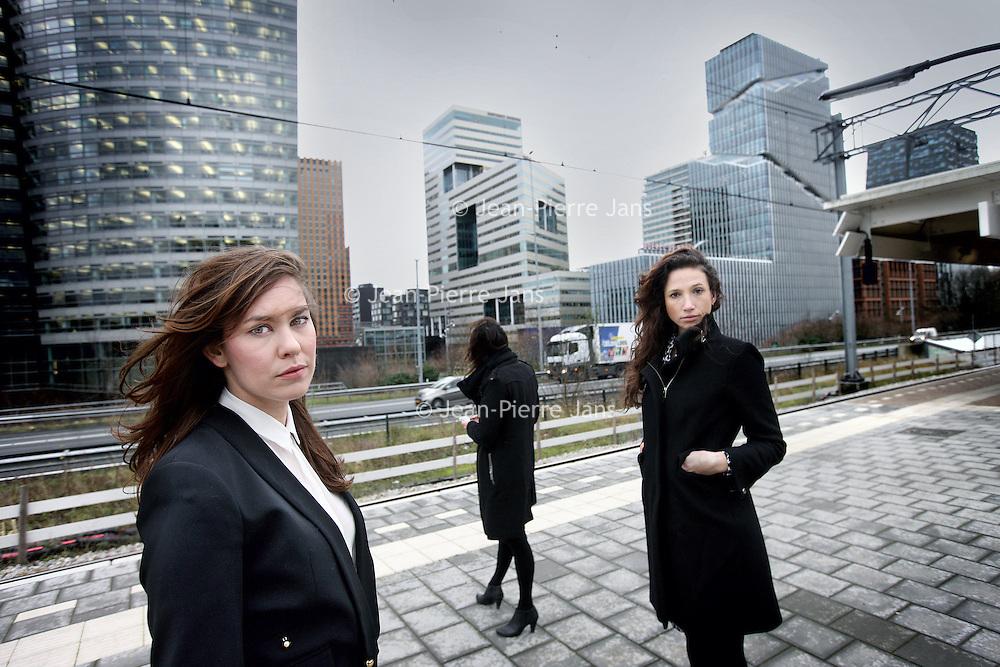 Nederland, Amsterdam , 9 januari 2013.<br /> Twee jonge advocaten en een vrouwelijke bankier schreven Project dromenland, een roman over choquerende praktijken op de Zuidas: seksisme, fraude en ellebogenwerk.<br /> De 3 dames die een roman geschreven hebben over het leven aan de Zuidas.<br /> v.l.n.r. Karima O'Flynn, in het midden Maria guldenaar en rechts Rolinde Hoorntje.<br /> Foto:Jean-Pierre Jans