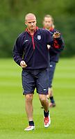 Fotball<br /> Foto: Jed Wee, Digitalsport<br /> NORWAY ONLY<br /> <br /> Trening foran landskampen England v Island<br /> <br /> Manchester Tournament, 03/06/2004.<br /> England's David Beckham acknowledges the gathering of a few fans outside the fence.