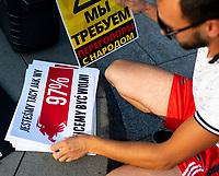 Bialystok, 20.08.2020. Marsz solidarnosci z Bialorusia przeszedl z centrum miasta pod siedzibe Konsulatu Generalnego Bialorusi. Organizatorami marszu byli BIalorusini pracujacy i uczacy sie w Bialymstoku, ktorych liczbe ocenia sie na ok 10 tys N/z uczestnicy marszu mieli przygotowane tablice z roznymi haslami fot Michal Kosc / AGENCJA WSCHOD