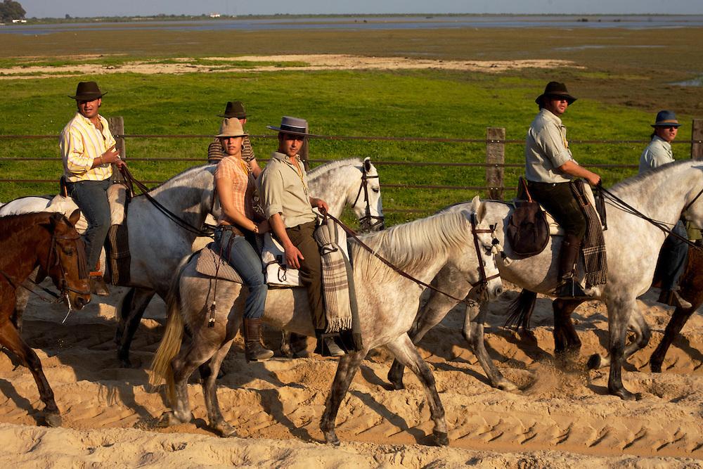 ESPAÑA / ANDALUCIA / HUELVA .Jinetes cabalgando en El Rocío en el Parque de Doñana..©JOAN COSTA..