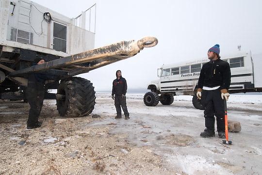 The guys prepare a trailer for the move to Cape Churchill.