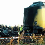 Treinongeval Nijkerk, auto onder trein en brand, 4 doden