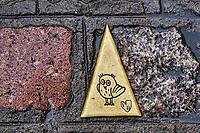 France, Côte-d'Or (21), Paysage culturel des climats de Bourgogne classés Patrimoine Mondial de l'UNESCO, Dijon, chouette porte-bonheur emblème de la ville, plaque au sol // France, Burgundy, Côte-d'Or, Dijon, Unesco world heritage site, owl is the city emblem