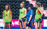 LONDEN -  Alyson Annan (Ned) met Xan de Waard (Ned), Margot Van Geffen (Ned) en Carlien Dirkse van den Heuvel (Ned)  tijdens de training in het Lee Valley Hockeystadium bij het  wereldkampioenschap hockey voor vrouwen. Het Nederlands elftal maakt zich op voor de kwartfinale . COPYRIGHT KOEN SUYK