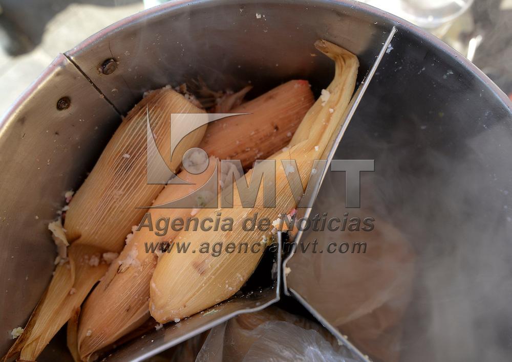 Toluca, México (Febrero 02, 2017).- Tamaleros de la zona centro de Toluca reportaron una mejora en sus ventas en un 50% por el Día de la Candelaría.  Agencia MVT / Crisanta Espinosa
