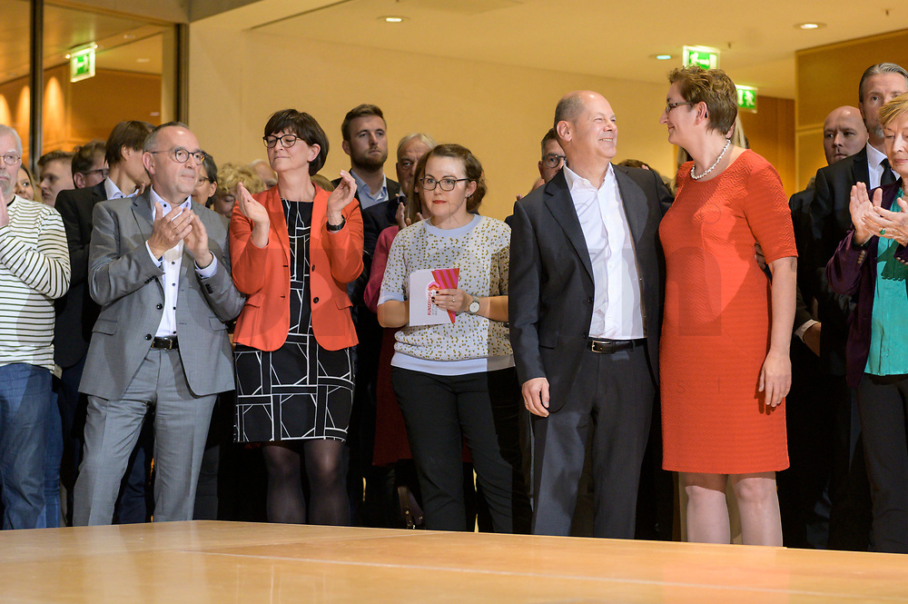 26 OCT 2019, BERLIN/GERMANY:<br /> Norbert Walter-Borjans, SPD, Landesminister a.D., Saskia Esken, MdB, SPD,  Sophie-Marie Heidenreich, SPD, Moderatorin, Olaf Scholz, SPD, Bundesfinanzminister, und Klara Geywitz, SPD Brandenburg, (v.L.n.R.), wahrend der Bekanntgabe  der SPD-Mitgliederbefragung  zur Wahl des neuen Parteivorsitzes, Willy-Brandt-Haus<br /> IMAGE: 20191026-01-014<br /> KEYWORDS: Verkündung, Applaus. applaudiren, klatschen, Verkeundung