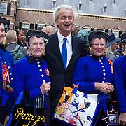 NLD/Den Haag/20130917 -  Prinsjesdag 2013, Geert Wilders op de foto met dames uit Staphorst