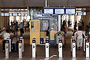 Bij de ingang van het nieuwe station Rotterdam Centraal staan de poortjes voor de OV-chipkaart.<br /> <br /> The entrance of the new Rotterdam Central Station is full with the gates for the OV-smart card