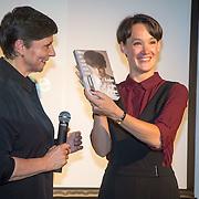 ** PRIVE,WEEKEND,STORY,PARTY OUT ** NLD/Utrecht/20151006 - Boekpresentatie Anne van Veen - 'Wie ik aan het zijn was', Han Bosman reikt het eerste exemplaar uit aan haar partner Anne van Veen