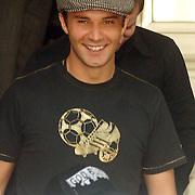 NLD/Amsterdam/20060624 - Robbie Williams bandlid verlaat het hotel