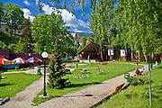 Szklarska Poręba, 2009-05-20. Skwer Radiowej Trójki w centrum Szklarskiej Poręby