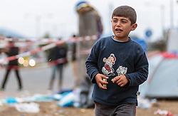 25.09.2015, Grenzübergang, Salzburg, AUT, Fluechtlingskrise in der EU, im Bild Flüchtlinge an der Grenze zu Deutschland, ein weinender Junge // Migrants on the German Border, a crying boy. Thousands of refugees fleeing violence and persecution in their own countries continue to make their way toward the EU, border crossing, Salzburg, Austria on 2015/09/25. EXPA Pictures © 2015, PhotoCredit: EXPA/ JFK
