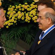 NLD/Middelburg/20060513 - Uitreiking van de Four Freedoms Awards 2006,  Mohamed El Baradei ontvangt de Four Freedoms Award van Minister Ben Bot van Buitenlandse Zaken en mevrouw Franklin D. Roosevelt